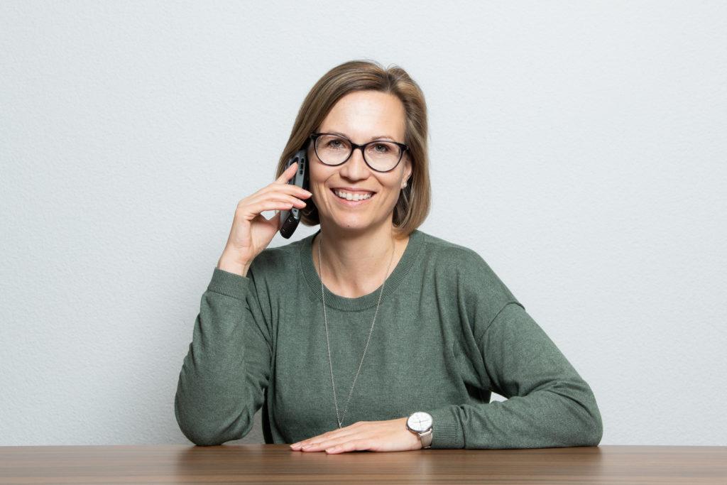 Sandra Fehr am Telefon Sie ist die Frau für alle Fälle bei HauserTschan Kälte Klima AG